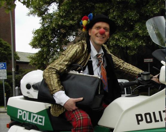 http://trickart.de/sites/trickart.de/files/imagecache/Artikelbild_volle_Breite/bilder/story/948/clown-hamburg.png